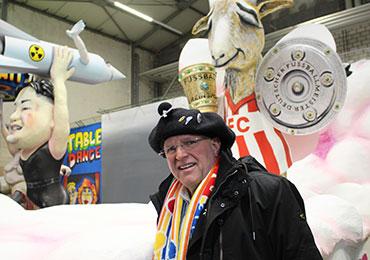 Stadtsuperintendent Rolf Domning vor dem Motivwagen über den 1. FC Köln