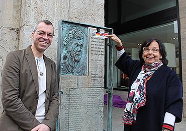Monika Flocke und Oliver Henne erklären den neuen QR-Code