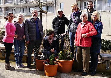 Neben den Bewohnerinnen und Bewohnern, Angehörigen und zwei Pflegerinnen (außen) legten Guido Stephan (Mitte) und Sven Berkowicz (rechts) tatkräftig Hand an