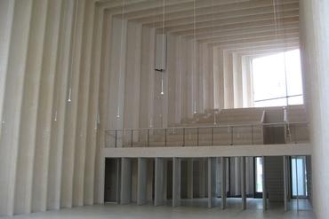 Sichtbare Strukturierung des Kircheninnenraums mit skulptural wirkender Empore
