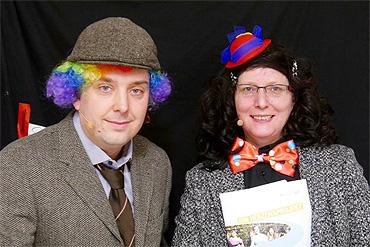 Die Geschäftsführer von ev-angelisch verwandelten sich in Elsbeth aus der Frauenhilfe und Horst aus dem Bauausschuss und eröffnten in diesen Rollen humorvoll die Jubiläumsfeier.
