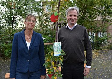 Superintendent Markus Zimmermann und Pfarrerin Christina Schlarp mit ihrem Apfelbaum.