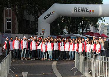 90 Jugendliche aus allen vier Kölner Kirchenkreisen beim Köln-Marathon im Zielbereich