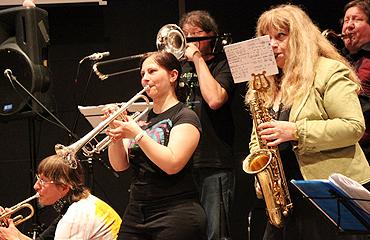Nur ein kleiner Ausschnitt.... 18 Musikerinnen und Musiker spielen im Menschensinfonieorchester.