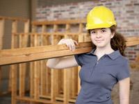 Sie darf ihre Zukunft gern auf die leichte Schulter nehmen: junge Frau im Handwerk - tüchtig ermutigt!