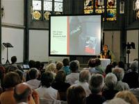 Mit Beamer und Bibel: Großeinsatz moderner Medientechnik in der AntoniterCityKirche.