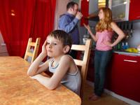 Eine Zumutung fürs Kind, wenn im Rücken die Eltern ums Geld streiten - kompetente Erziehung muss man lernen.