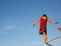 Heranwachsen heißt Ausprobieren! Oft ein Balanceakt - am besten in Greifweite einer starken vertrauenden Hand.