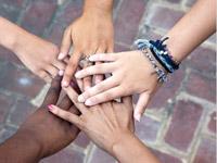 """Das Bild vom """"Hände-Stern"""" ist weltbekannt und aktuell - so wie das Thema, wofür es hier steht: Migration und Integration."""