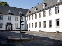 Einst Kartäuserkloster, dann Militärlazarett, später Finanzamt, seit 1960 Haus der Evangelischen Kirche